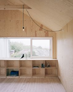 Morran / Johannes Norlander Arkitektur Warm interiors at the House Morran, by Johannes Norlander Arkitektur. Love the simple lighting.Warm interiors at the House Morran, by Johannes Norlander Arkitektur. Love the simple lighting. Plywood House, Plywood Walls, Plywood Shelves, Plywood Storage, Build Shelves, Plywood Ceiling, Pine Plywood, Bench Storage, Bookcase Storage