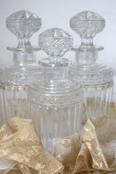 MAGNIFIQUE ensemble antique de SAINT-LOUIS de cristal 3 bouteilles avec une…