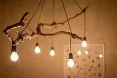 電線で木の枝を巻いて、簡単に吊るした簡易な照明。ウッドのダイニングチェアやテーブルとの相性も抜群