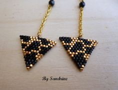 Boucles d'oreilles triangle perles et or par BijouxBySandrine Beaded Jewelry Designs, Seed Bead Jewelry, Bead Jewellery, Seed Bead Earrings, Beaded Earrings, Diy Jewelry, Handmade Jewelry, Jewelry Making, Seed Bead Patterns
