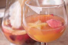 Deixe na geladeira e sirva beeeem gelado. Este coquetel é uma verdadeira delícia!  Vai precisar de… 1 xícara de vinho branco 2 xícaras de espumante 500g de frutas variadas, picadas a se…