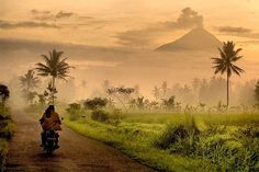 Merapi view from my village, Desa Paremono, Mungkid, Magelang central Java - Indonesia From Indonesian Photographer Dedicated to Indonesia The Beautiful. Bali Lombok, Places To Travel, Places To See, Places Around The World, Around The Worlds, Timor Oriental, Les Philippines, Foto Art, Semarang
