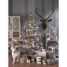 Ambiance noël scandinave : sapin en bois, pomme de pin et décoration blanche