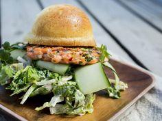 Lakseburger med chilislaw | Godt.no Salmon Burgers, Ethnic Recipes, Food, Beverage, Inspiration, Brioche, Cilantro, Biblical Inspiration, Drink
