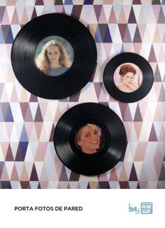 Estos marcos porta-fotos están hechos a mano reciclando viejos discos de vinilo en mal estado.