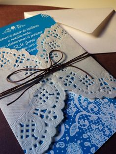 Invitación con blonda y sobre. Ksdetallescreativos.blogspot.com.es Diy Cards, Ideas Para, Diy And Crafts, Crochet Earrings, Birthdays, Scrapbook, Cool Stuff, Kid Art, Homemade Cards