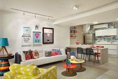 A sala de estar ficou muito colorida e cheia de vida, com a decor vintage!