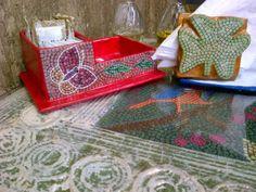 Porta adoçante e porta guardanapo sobre a mesa. Tudo feito com papel.