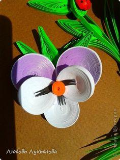 """Drodzy sąsiedzi SM!  Przez cały czas !!! dobre  Dziś chcę podzielić się swoją nową pracę.  Do waszej uwagi reprezentuję tricolor lub Pansy Violet - jak chcesz.  Wkrótce urodziny mojej córki, a ten obraz dla niej.  Oczywiście, producenci tego dzieła został zainspirowany pracą Anastasia Bertovoy """"Viola tricolor"""" http://stranamasterov.ru/node/746483~~HEAD=pobj Nastja dzięki !!!  Format A-4 pasek papieru 3 mm.  5 zdjęcia"""