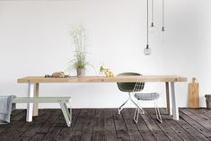 Maatwerk tafel type Bold. Een stoere balken tafel met oog voor detail, door om de houten poot een stalen U-frame te plaatsen krijgt deze tafel een mooi accent aan de binnenkant van de poten. www.houtmerk.nl/Maatwerk-tafel-type-Bold-balken-tafel-stalen-frame