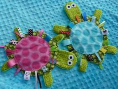 Yertle the Turtle sewing-projects-for-babies.crinkle toy for infants, great i. Yertle the Turtle sewing-projects-for-babies….crinkle toy for infants, great idea Baby Sewing Projects, Sewing Projects For Beginners, Sewing For Kids, Quilt Baby, Sewing Toys, Sewing Crafts, Sewing Kit, Easy Baby Blanket, Tag Blanket