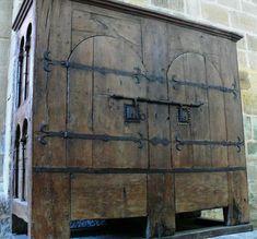 Une armoire médiévale imposante !