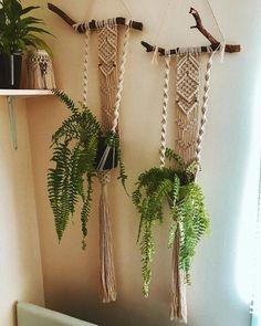 Charming Hanging Plants ideas to Brighten Your Patio – Gardening Decor Macrame Wall Hanging Patterns, Macrame Art, Macrame Design, Macrame Projects, Macrame Knots, Macrame Patterns, Estilo Hippy, Hippie Home Decor, Macrame Tutorial