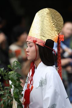 Shinto maiden--Miko (Photo obviously not from the Edo period, but for lack of a better image. Japanese Costume, Japanese Kimono, Edo Period Japan, East Asian Countries, Shrine Maiden, Lights Fantastic, Japanese History, Japanese Landscape, Beautiful World