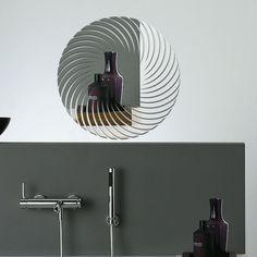 Itens Inclusos: <br> <br> - 1 peça de 40x40cm. <br> <br> <br>Espelho Decorativo em Acrílico <br> <br>- Tendência mundial em design e decoração; <br>- Espelho de acrílico com reflexo de alta qualidade; <br>- Não estilhaça, muito mais resistente que o vidro; <br>- Já possui fita dupla-face para sua instalação. <br> <br> <br>Instalação: <br> <br>- Limpe a superfície a ser aplicada, ela deve ser lisa, limpa e sem irregularidades; <br>- Todos os espelhos acompanham fita dupla-face de alta…