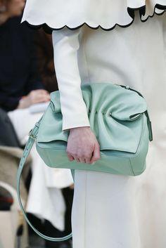 Valentino, Automne/Hiver 2018, Paris, Womenswear Valentino, Best Purses, Purses And Handbags, Paris, Fashion, Fall Winter, Green, White People, Fashion Styles