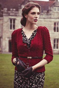 assez  facile à trouver pour une soirée vintage (et réutilisable) :fine ceinture, les gants -rouge à lèvres- petite veste cintrée et légèrement épaulée si possible , robe noire imprimée