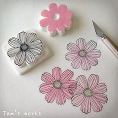 コスモス。 日本の秋の代名詞みたいな花ですが、じつはメキシコ原産。 花はんこでテキスタイルデザインできそう。 #消しゴムはんこ#スタンプ…