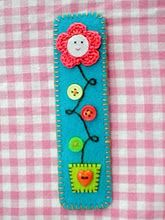 A little thick for a bookmark, but would make a nice detail along the edge of a card Book Crafts, Hobbies And Crafts, Felt Crafts, Fabric Crafts, Sewing Crafts, Sewing Projects, Cute Bookmarks, Cross Stitch Bookmarks, Felt Bookmark