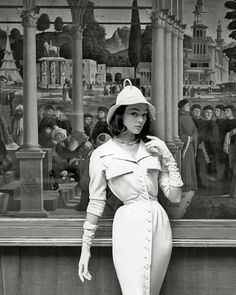 Jacques Fath Ivy Nicholson in slim jersey dress and soft-brimmed hat by Jacques Fath at the Musèe de l'Orangerie, photo by Georges Dambier, ELLE, March 1954 Retro 50, Look Retro, Retro Mode, Glamour Vintage, Vintage Models, Vintage Style, 50s Vintage, Vintage Ladies, Jacques Fath