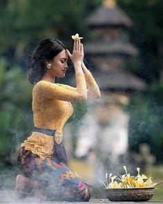 Kebaya Bali Modern, Bridal Hair Tutorial, Indian Pictures, Lady And Gentlemen, Traditional Outfits, Indian Beauty, Gorgeous Women, Beautiful, Wonder Woman