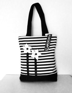 Beautiful shopper in a striped look. Flowers were made individually by hand … – Bag Ideas Fabric Purses, Fabric Bags, Patchwork Bags, Quilted Bag, Bag Quilt, Denim Tote Bags, Bag Patterns To Sew, Cloth Bags, Handmade Bags