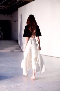 increeiblee el molde Minimalist fashion and style, Scandinavian style, black and white, monochromatic fashion. Fashion Week, Look Fashion, Fashion Details, Runway Fashion, High Fashion, Fashion Show, Womens Fashion, Fashion Design, Fashion Trends