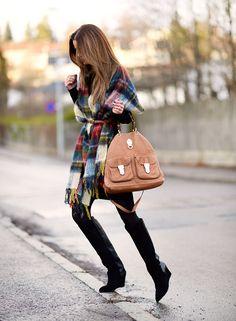 597a736fd1e2 nettenestea Annette Haga outfit december Holzweiler sjaal poncho geruite  Gestuz laarzen moerbeiboom bruine zak ootd outfit