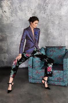 Checks with florals- Giorgio Armani Pre-Fall 2019 Collection - Vogue Fall Fashion Trends, Fashion Week, Fashion 2017, Runway Fashion, Autumn Fashion, Fashion Outfits, Fasion, Giorgio Armani, Emporio Armani