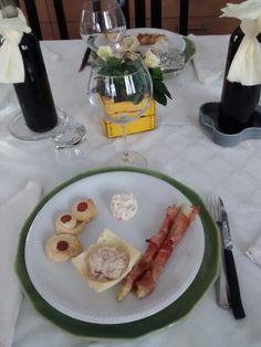 Antipasto: cestino di sfoglia con ricotta,prosciutto cotto e tonno, girella di sfoglia e wurstel, insalata russa e involtino di speck e asparago! Pochi,semplici antipasti..ma apprezzati!
