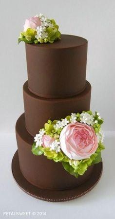 Pastel de chocolate con flores.
