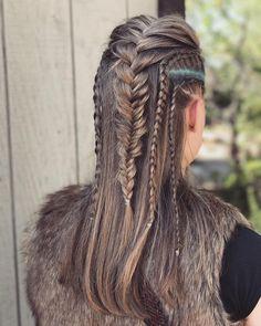 20 hair looks inspired by Vikings Lagertha; looks Looks de cabello inspirados en Lagertha de Vikingos; luce ruda y femenina con trenzas de guerrera 20 hair looks inspired by Vikings Lagertha; looks rude and feminine with warrior braids - Braided Mohawk Hairstyles, Pigtail Hairstyles, Chic Hairstyles, Trending Hairstyles, Straight Hairstyles, Viking Hairstyles, Mohawk Braid, Fast Hairstyles, Prom Hairstyles