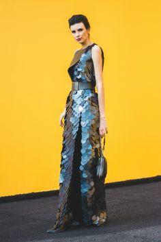 Ale Rosa usa vestido Tufi Duek, cinto acervo, bota acervo, bolsa Coach e pulseiras DLX #StreetStyle #SPFW