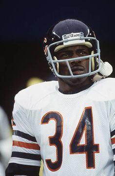 View and license Walter Payton pictures & news photos from Getty Images. Famous Baseball Players, Nfl Football Players, Bears Football, Football Helmets, Chicago Bears Wallpaper, Chicago Bears Pictures, 1985 Chicago Bears, Best Running Backs, Oakland Raiders Logo