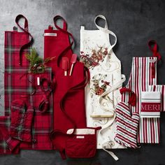 Cute aprons ❤️Williams Sonoma 'Twas the Night Before Christmas Apron Aff Christmas Aprons, Christmas Sewing, A Christmas Story, Christmas Crafts, Thanksgiving Projects, Classic Candy, Cute Aprons, Sewing Aprons, Apron Designs