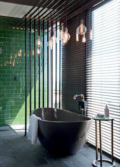 Une salle de bain à la lumière tamisée