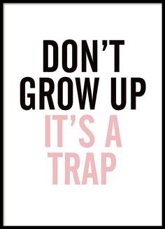 Een leuke poster met de tekst Don't grow up it's a trap, in zwart en roze. Een tekst die wellicht op ons allemaal betrekking heeft. Perfect voor in de kinderkamer. www.desenio.nl