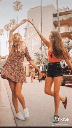 we have to do a shoulder chicken fight Best Friends Whenever, Best Friends Shoot, Best Friend Poses, Cute Friends, Photoshoot Ideas For Best Friends, Photos Bff, Friend Photos, Bff Pics, Foto Best Friend
