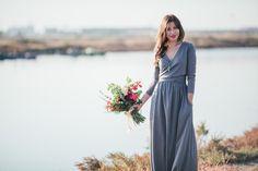 Maxi grau Kleid mit Wrap-around-vordere detail von NelliUzun auf Etsy https://www.etsy.com/de/listing/257322903/maxi-grau-kleid-mit-wrap-around-vordere