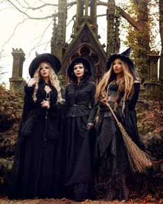 Salem witch trials started in February 1692 and ended in May 1693 Halloween Photos, Halloween Kostüm, Halloween Witch Costumes, Vintage Witch Costume, Diy Witch Costume, White Witch Costume, College Halloween Parties, Best Group Halloween Costumes, Witch Cosplay
