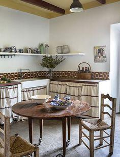 Casa de campo en antigua nave - cocina de estilo rústico Ikea, Elle Decor, Decoration, Dining Table, Kitchen, Furniture, Home, Vintage, Camp Chairs