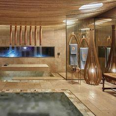 Sala de banho divaaa na Casa Cor MG by Gislene Lopes, usou e abusou das pedras Travertino French Pattern e ônix da @palimanan_revestimentos 😱😱😱 👻Snap: Decoredecor 📐Project: Gislene Lopes  ARCHITECTURE   INTERIORS   BATH