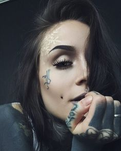In love with her snowflake tattoo 😍 Monami Frost ( Face Tattoos, Hot Tattoos, Body Art Tattoos, Girl Tattoos, Sleeve Tattoos, Tattoos For Women, Knuckle Tattoos, Arabic Tattoos, Monami Frost