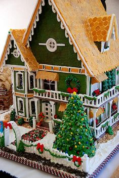 One of the best Christmas family traditions is making gingerbread houses! It's messy, it's fun, and everyone's had their share of candy and gingerbread by the end. Here are some crazy-inspiring gingerbread houses to give you ideas for this Christmas! Christmas Goodies, Christmas Treats, Christmas Baking, Holiday Fun, Christmas Time, Christmas Decorations, Xmas, Family Holiday, Festive