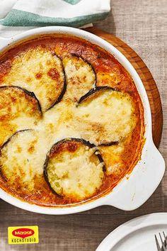 Probiere Auberginen, wie du sie noch nicht gegessen hast – nach Parma Art mit leckerem Mozzarella und Parmesan im Ofen überbacken. Ein tolles vegetarisches Rezept von MAGGI! #maggikochstudio #aubergine #vegetarisch #rezepte #mozzarella #parmesan #parma #selbermachen #schlemmern #gutenappetit Maggi Fix, Zucchini Aubergine, Parma, Mozzarella, Quiche, Camembert Cheese, Food And Drink, Vegetables, Breakfast