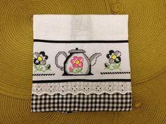 Pano de prato feito de sacaria com detalhes em tecido de algodão xadrez.    Barra bordada em ponto cruz R$ 24,00
