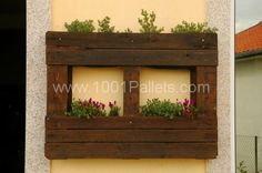 salad planter2 600x398 Vertical pallets used as planters on an outdoor wall in pallet garden diy pallet ideas  with Vertical garden Planter ...