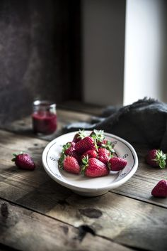 """Meringhe alle fragole - Strawberry Meringue - Dafne's Corner ...""""il Gusto"""" Coffee Art, Fruits And Veggies, Food Photography, Berries, Good Food, Spices, Strawberry, Platter, Summer"""