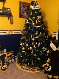 Go Blue! Christmas tree decorated for football! Christmas Tree Design, Christmas Tree Themes, Blue Christmas, Christmas 2016, U Of M Football, Michigan Wolverines Football, Football Things, Holiday Festival, Holiday Fun