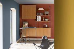 <p>Ce coin bureau stimulera à coup sûr la créativité en associant sur ses murs ces trois belles couleurs que sont le bleu gris, le <strong>rouge brique</strong> et le jaune...